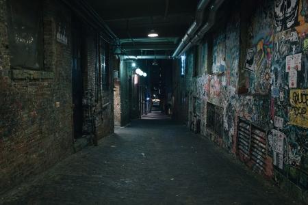 escena del crimen: Oscuridad en una antigua calle del grunge sucia en el medio de la noche