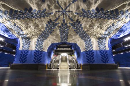 焼きそば、ユニークな青色のデザイン塗装で、スウェーデンのストックホルムの地下鉄 (tunnelbana) プラットフォームです。