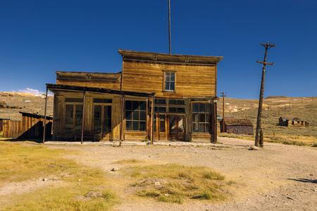 Crooked bâtiment abandonné de vieux saloon de l'Ouest et magasin Ville fantôme de Bodie Banque d'images - 33028586