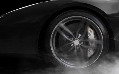 Geïsoleerde generieke zwarte sport auto met detail op wielen met rode breaks drijven en roken op een zwarte achtergrond Stockfoto