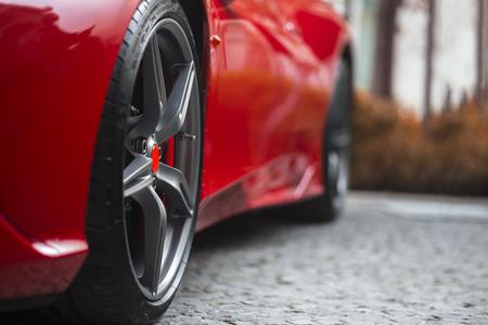 El detalle del rojo lado frontal súper coche deportivo con el foco en la rueda del neumático Foto de archivo - 59021515