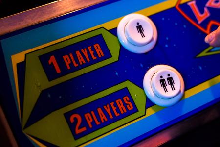 한 플레이어 또는 두 플레이어 단추를 선택하십시오. 오래된 아케이드 비디오 게임 컨트롤의 세부 사항