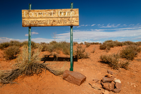 Sign dedicated to Forrest Gump where he ended his crosscountry run in 1980. A famous landmark in Oljato Monument Valley, Utah, USA 版權商用圖片
