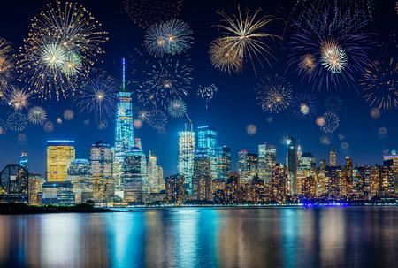 Fuegos artificiales durante la víspera de año nuevo con el paisaje urbano de la ciudad de Nueva York, Estados Unidos