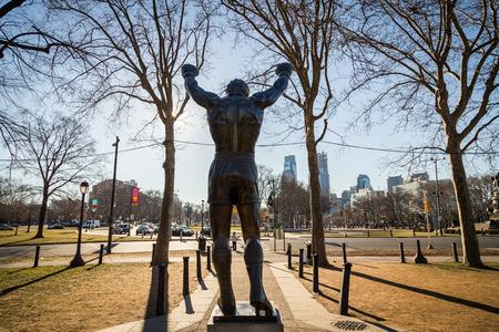 필라델피아 -2007 년 10 월 12 일 : 필라델피아 미술 박물관 앞의 록 키 발보아 동상. 원래 Rocky III를 위해 제작 된이 조각품은 이제 영웅 영화의 실제 기념비가되었습니다. 스톡 콘텐츠 - 90353555