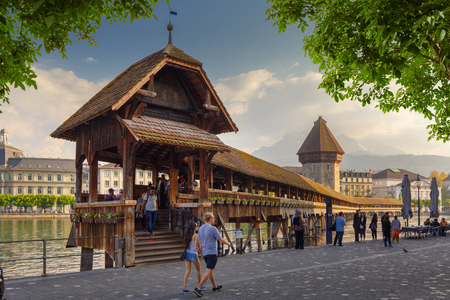 Lucerne, Switzerland - 5 April, 2018: Kapellbrücke – A wooden Chapel Bridge built in 1333 spanning across the Reuss in the City of Lucerne, in central Switzerland Redactioneel