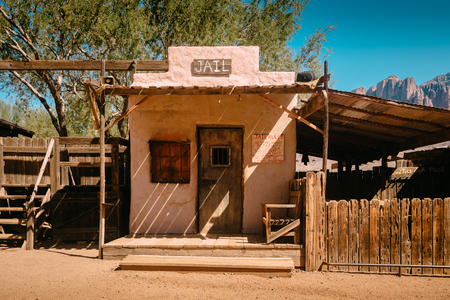 Old Western Jail in Goldfield Gold Mine Ghost Town in Youngsberg, Arizona, USA surrounded by cactuses Imagens