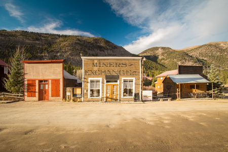 Old Western Wooden Buildings in St. Elmo Gold Mine Ghost Town in Colorado, USA hidden in mountains 新聞圖片