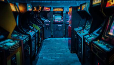 Old Vintage Arcade Video Games en una sala de juegos oscura y vacía con luz azul con pantallas brillantes y un hermoso diseño retro
