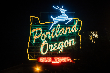 Downtown Portland, Oregon, USA - August 22, 2018: Portlands White Stag Neon Sign displaying the wording it has carried since November 2010 新聞圖片