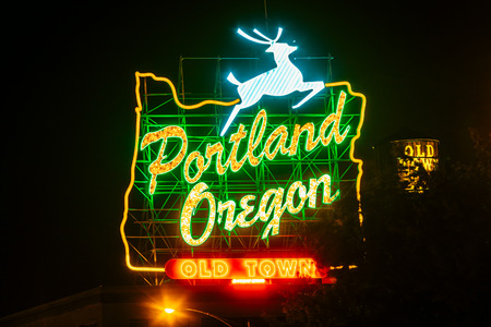Downtown Portland, Oregon, USA - August 22, 2018: Portland's White Stag Neon Sign displaying the wording it has carried since November 2010 版權商用圖片 - 134190230