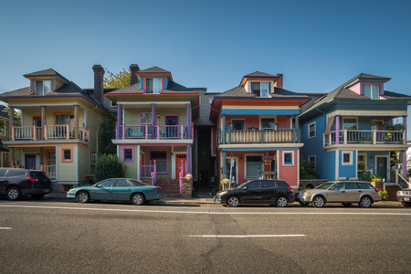 Downtown Portland, Oregon, USA - August 3, 2018:  Four houses with unique paint in downtown Portland  similar to Pink Ladies in San Francisco 版權商用圖片 - 134190232