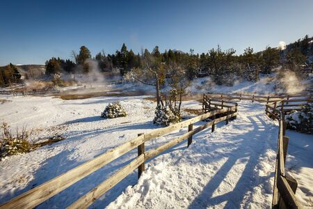 Mammoth Hot Springs trail with steamy terraces during winter snowy season in Yellowstone National Park, Wyoming, USA Banque d'images