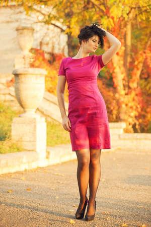 m�lancolie: Jeune femme belle dans la m�lancolie en dehors Banque d'images