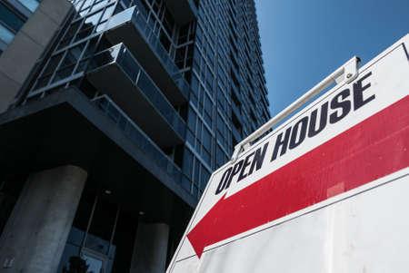 open huis: Open House Appartement Highrise. Een open huis-teken voor een hoogbouw stedelijke condominium. Stockfoto