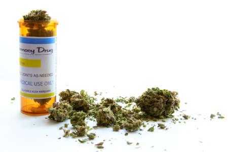 Marijuana médicale B. La marijuana médicale avec une bouteille de prescription contre le blanc. L'étiquette sur la bouteille est original, donc pas de problèmes de marque déposée ou copyright Banque d'images