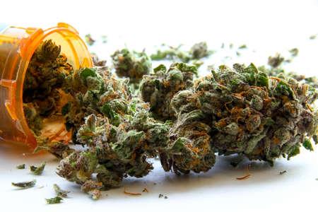 marihuana: Marihuana Medicinal D. La marihuana medicinal derramamiento de una botella de prescripción en contra de blancos.