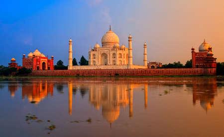sien: Taj Mahal, Agra, la India, en la puesta del sol