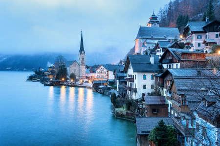 ハルシュタット、ザルツカンマーグート、オーストリア、青い霧の深い朝の光。