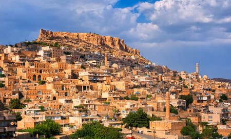 Mardin, 그것의 Artuqid 건축술로 고명 한 Tigris 강의 가까이에 바위 같은 언덕에 남쪽 터어키에있는 도시 스톡 콘텐츠