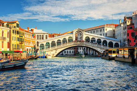 rialto bridge: The Grand Canal and Rialto bridge, Venice, Italy