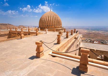 monasteri: Cupola di Zinciriye Medrese con valle mesopotamiana in background, Mardin, Turchia sudorientale Archivio Fotografico