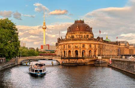 Isola del museo sul fiume Spree e la torre TV di Alexanderplatz nel centro di Berlino, Germania Archivio Fotografico - 47830580