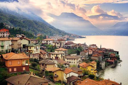 landschap: Uitzicht op het Comomeer, Milaan, Italië, op zonsondergang met Alpen bergen op de achtergrond