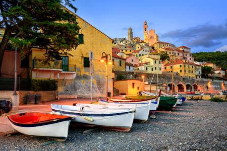 paisaje mediterraneo: Los barcos de pesca en una playa de la ciudad medieval de Cervo en Liguria, Italia