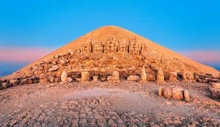 La gran Pirámide de Egipto, podría no ser una pirámide. 47852666-estatuas-en-la-cima-del-monte-nemrut-en-turqu%C3%ADa-en-la-salida-del-sol