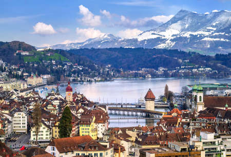 Luzern, Zwitserland, luchtfoto van de oude stad, het meer en de bergen Rigi
