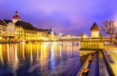 Luzern, Zwitserland. Bekijk dan Reuss rivier naar de oude stad en de toren van het water in de avond.