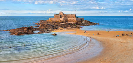 saints: Atlantic beach beneath the medieval National Fort on Petite Be island on English Channel, Saint Malo, Brittany, France