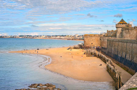 Atlantic beach under the towers of city walls in St Malo in English Channel, Brittany, France 免版税图像
