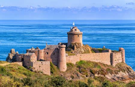コート ・ ド ・ グラニテ ローズ、ブルターニュ、フランスの大西洋を見下ろすラット要塞城