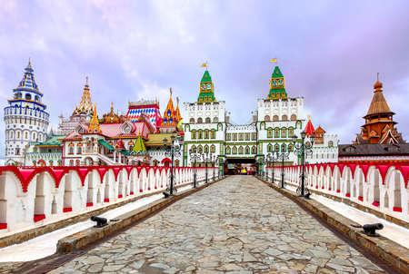 Kleurrijk Kremlin in Izmailovo is een pretpark complex gebouwd in traditionele Russische stijl, Moskou, Rusland