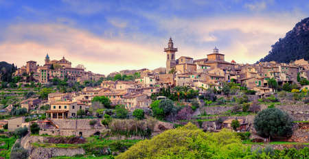 monasteri: Monastero e città collinare Valdemossa, Maiorca, Spagna. Questo è il luogo in cui George Sand e Frederic Chopin hanno trascorso le loro vacanze nel 1838.