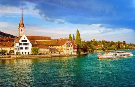 옛 스위스 마을 스타의 라인 강을 내려가는 유람선은 Rhein의, 스위스입니다 스톡 콘텐츠