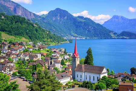 루체른 호수와 알프스 산, 스위스에 고딕 양식의 교회와 작은 스위스 마을