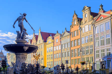 neptun: Neptune fountain statue in Gdansk with colorful gothic houses in the background, Poland
