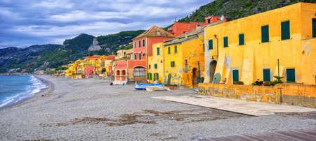 case colorato di pescatori sulla spiaggia di sabbia in italiano Riviera a Varigotti, Savona, Liguria, Italia Archivio Fotografico