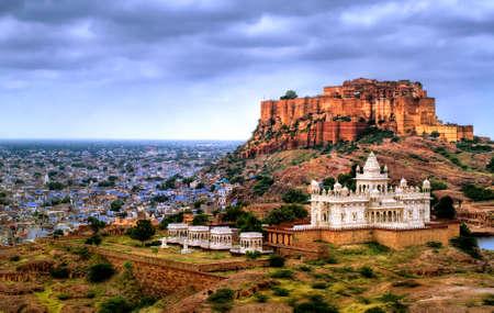 푸른 도시 Jodhpur, 라자스탄, 인도에서 Mehrangharh 포트와 Jaswant Thada 영묘