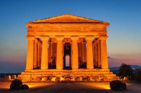 templo griego: antiguo templo griego de la Concordia en el Valle de los Templos, Agrigento, Sicilia, Italia, en la puesta del sol