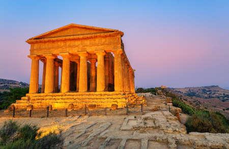 templo: antiguo templo griego de la Concordia en el Valle de los Templos, Agrigento, Sicilia, Italia, en la puesta del sol