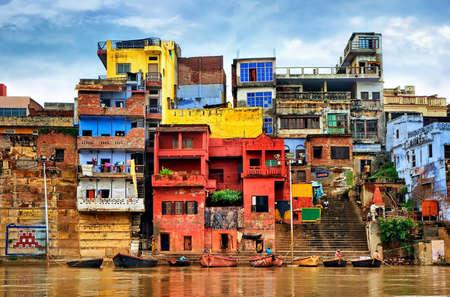case colorate: case colorate Chaotic sulle rive del fiume Gange, Varanasi, India