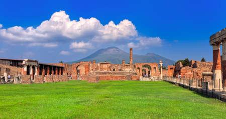Panorama-Blick von Ausgrabungsstätten von Pompeji und zum Vesuv, Neapel, Italien