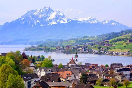swiss alps: Kussnacht am Rigi stare miasto z góry Pilatus i Jezioro Czterech Kantonów w tle, Szwajcaria
