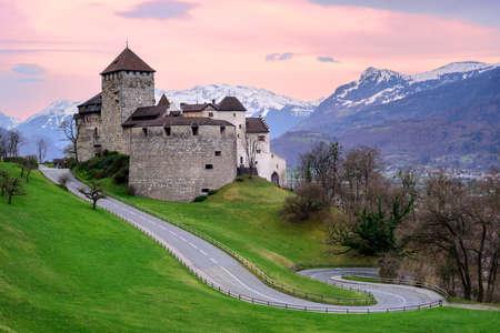 바두 츠 성, 리히텐슈타인의 왕자의 공식 거주지, 백그라운드에서 알프스 산맥 덮여 일몰과 함께