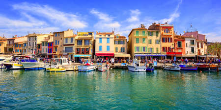 Colorful traditional houses on the promenade in the port of Cassis town, Provence, France 版權商用圖片 - 64976593