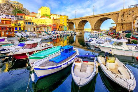 Pequeño puerto pesquero Vallon des Auffes con casas y pintorescas embarcaciones tradicionales, Marsella, Francia